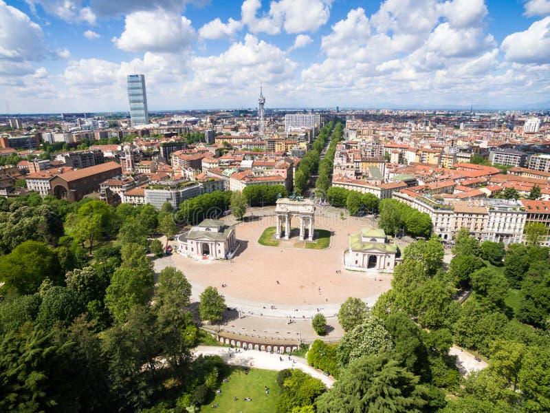 Εναέρια άποψη του τόξου θριάμβου - Arco Della ρυθμός στην ισοτιμία Sempione στοκ εικόνες