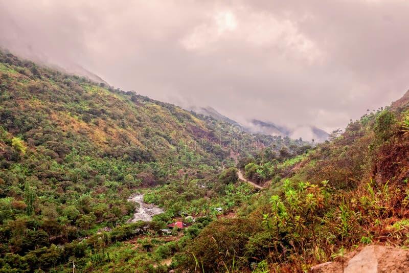 Εναέρια άποψη του χωριού στην κοιλάδα Intag, που κρύβεται από τα σύννεφα στοκ φωτογραφίες με δικαίωμα ελεύθερης χρήσης