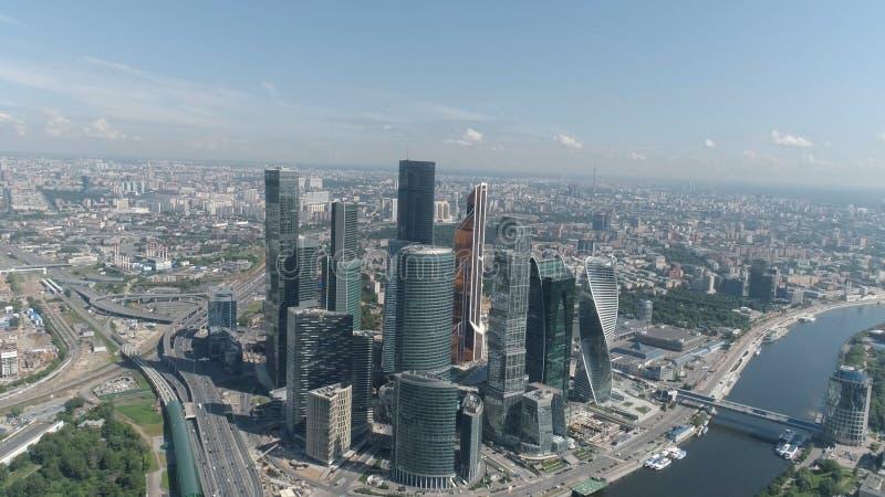 Εναέρια άποψη του όμορφου εμπορικού κέντρου της Μόσχας, των σύγχρονων ουρανοξυστών και του ποταμού της Μόσχας στην καυτή θερινή η στοκ εικόνες
