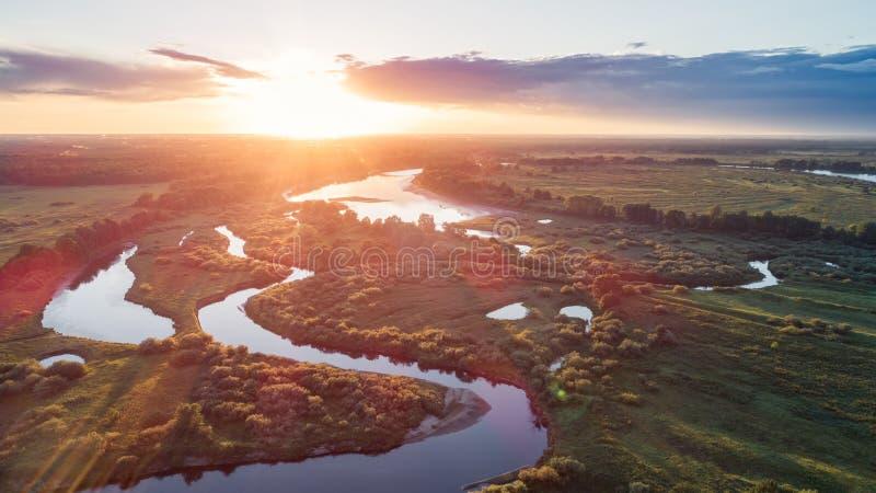 Εναέρια άποψη του όμορφου μικρού νησιού με τα πράσινες δέντρα και τις βάρκες στον ποταμό στο ηλιοβασίλεμα το καλοκαίρι Ζωηρόχρωμο στοκ φωτογραφία