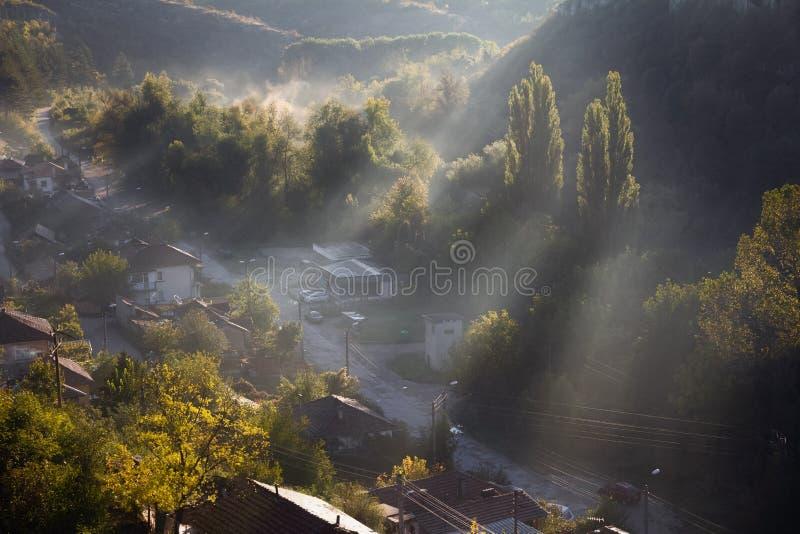Εναέρια άποψη του όμορφου ομιχλώδους χωριού μεταξύ των βουνών σε Lovech, Βουλγαρία Άποψη ανατολής της Misty της περιοχής πόλης πο στοκ φωτογραφία με δικαίωμα ελεύθερης χρήσης