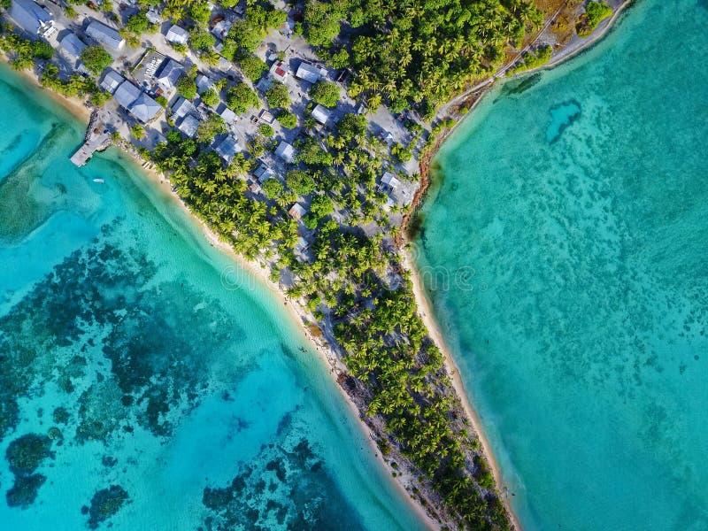Εναέρια άποψη του όμορφου χωριού νησιών σε μια δονούμενη νοτιοειρηνική ατόλλη στοκ εικόνες