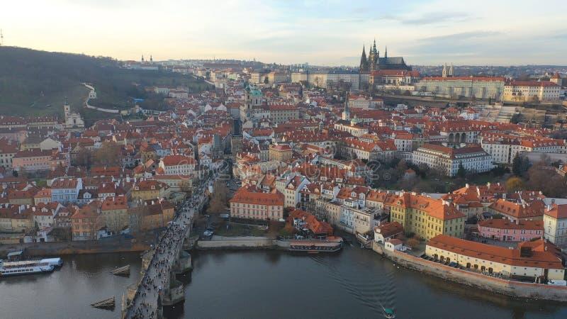 Εναέρια άποψη του Charles Bridge και του Κάστρου της Πράγας υπό το φως του ήλιου στην Πράγα, Τσεχική Δημοκρατία στοκ εικόνες με δικαίωμα ελεύθερης χρήσης