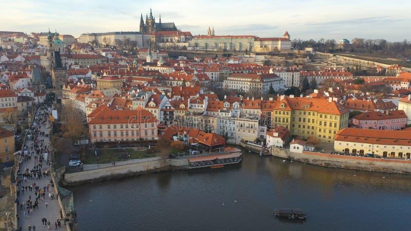 Εναέρια άποψη του Charles Bridge και του Κάστρου της Πράγας υπό το φως του ήλιου στην Πράγα, Τσεχική Δημοκρατία στοκ φωτογραφία