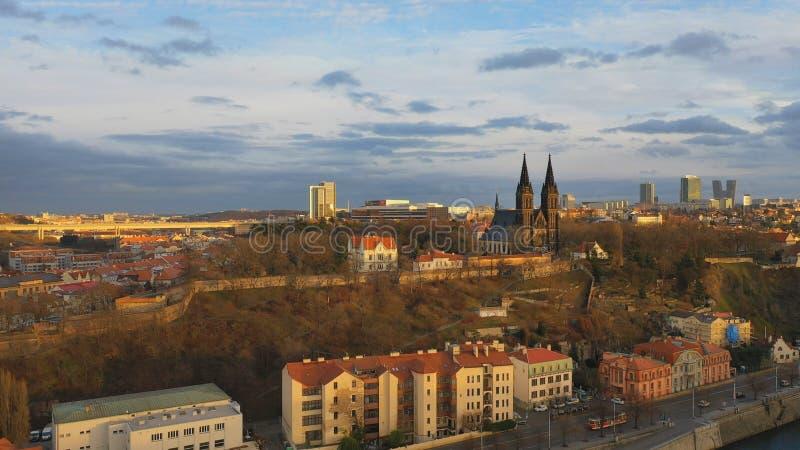 Εναέρια άποψη του Vesehrad πάνω από τον ποταμό Vltava υπό το φως του ήλιου το χειμώνα στην Πράγα, Τσεχική δημοκρατία στοκ εικόνα