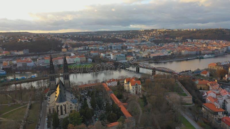 Εναέρια άποψη του Vesehrad πάνω από τον ποταμό Vltava υπό το φως του ήλιου το χειμώνα στην Πράγα, Τσεχική δημοκρατία στοκ φωτογραφία