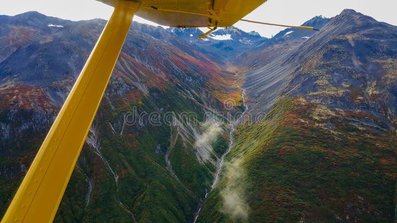Εναέρια άποψη των από την Αλάσκα βουνών στοκ φωτογραφία με δικαίωμα ελεύθερης χρήσης