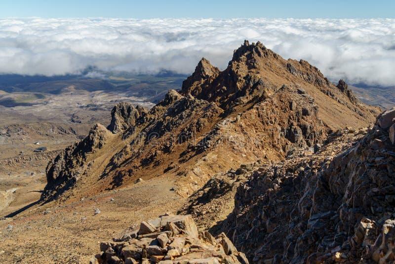 Εναέρια άποψη των δύσκολων βουνών την ηλιόλουστη ημέρα, εθνικό πάρκο Tongariro, Νέα Ζηλανδία στοκ εικόνα