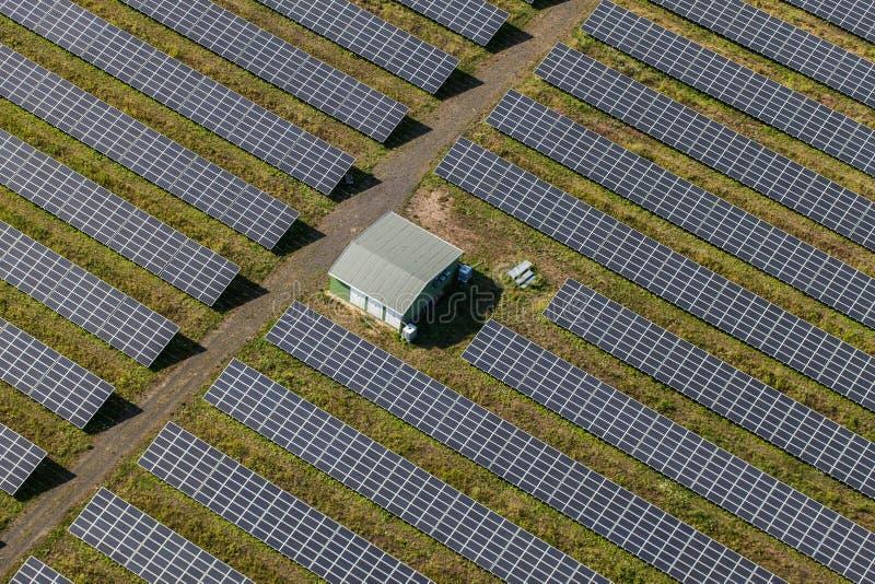 Εναέρια άποψη των εγκαταστάσεων ηλιακής ενέργειας στοκ φωτογραφία με δικαίωμα ελεύθερης χρήσης