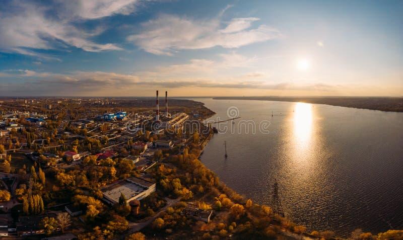 Εναέρια άποψη των εγκαταστάσεων παραγωγής ενέργειας Voronezh ή του σταθμού με τις υψηλές καπνοδόχους κοντά στο υδραγωγείο στο ηλι στοκ φωτογραφία με δικαίωμα ελεύθερης χρήσης