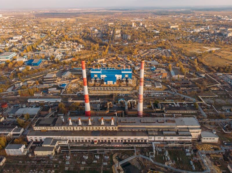 Εναέρια άποψη των εγκαταστάσεων παραγωγής ενέργειας Voronezh ή του σταθμού με τις υψηλές καπνοδόχους κοντά στο υδραγωγείο στο ηλι στοκ φωτογραφίες με δικαίωμα ελεύθερης χρήσης