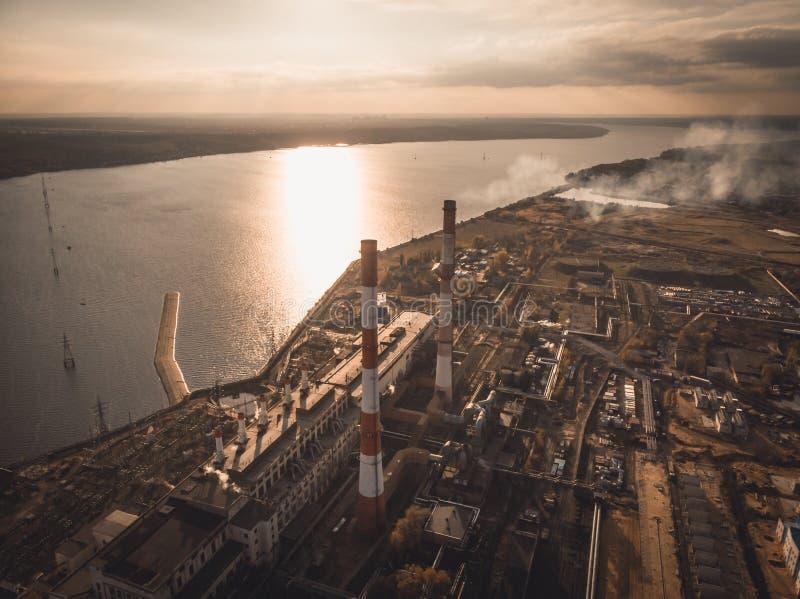Εναέρια άποψη των εγκαταστάσεων παραγωγής ενέργειας Voronezh ή του σταθμού με τις υψηλές καπνοδόχους κοντά στο υδραγωγείο στο ηλι στοκ φωτογραφία
