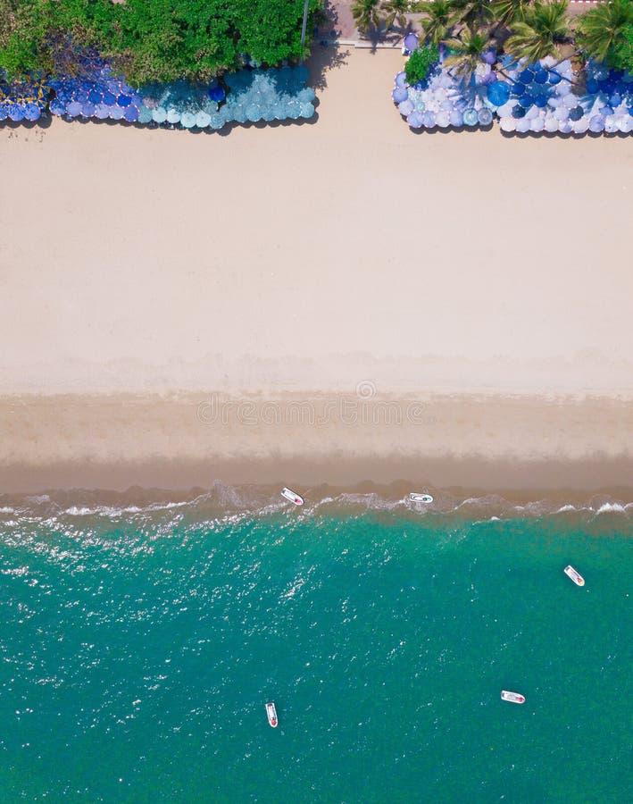 Εναέρια άποψη των ζωηρόχρωμων ομπρελών, της παραλίας, και της τυρκουάζ θάλασσας με το διάστημα για το κείμενο Ηλιόλουστη θερινή η στοκ φωτογραφίες με δικαίωμα ελεύθερης χρήσης