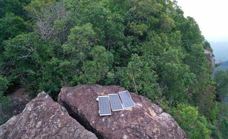 Εναέρια άποψη των ηλιακών πλαισίων που απομονώνονται στο δύσκολο σημείο θέας βουνού στοκ εικόνα