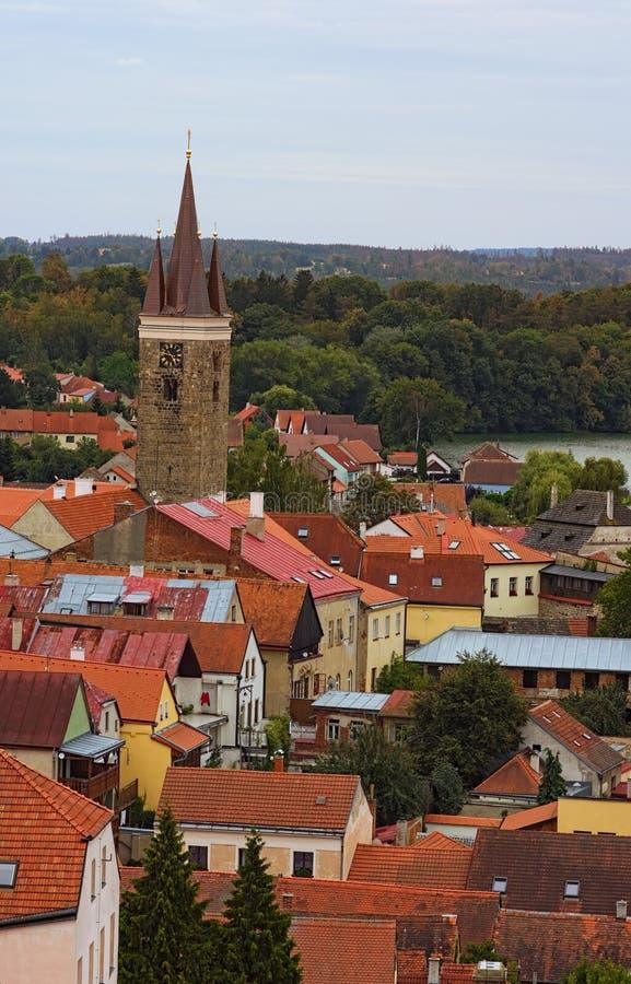 Εναέρια άποψη των κόκκινων στεγών κεραμιδιών σε Telc Πύργος ρολογιών στο ιστορικό κέντρο Telc Μια περιοχή παγκόσμιων κληρονομιών  στοκ φωτογραφία