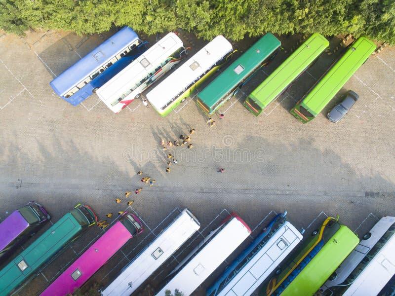 Εναέρια άποψη των λεωφορείων τουριστών στο χώρο στάθμευσης στοκ φωτογραφία