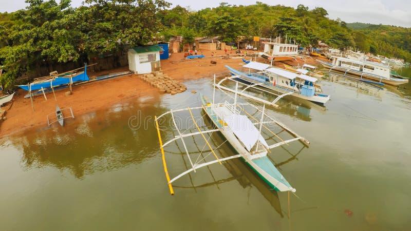 Εναέρια άποψη των μικρών νησιών Siete Pecados με τις βάρκες στον κόλπο Coron Χωριό Palawan συννεφιασμένος στοκ εικόνα με δικαίωμα ελεύθερης χρήσης