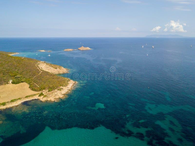 Εναέρια άποψη των νησιών Finocchiarola, Mezzana, ένα Terra, χερσόνησος της ΚΑΠ Κορσική, Κορσική, Γαλλία Tyrrhenian θάλασσα sailbo στοκ εικόνα
