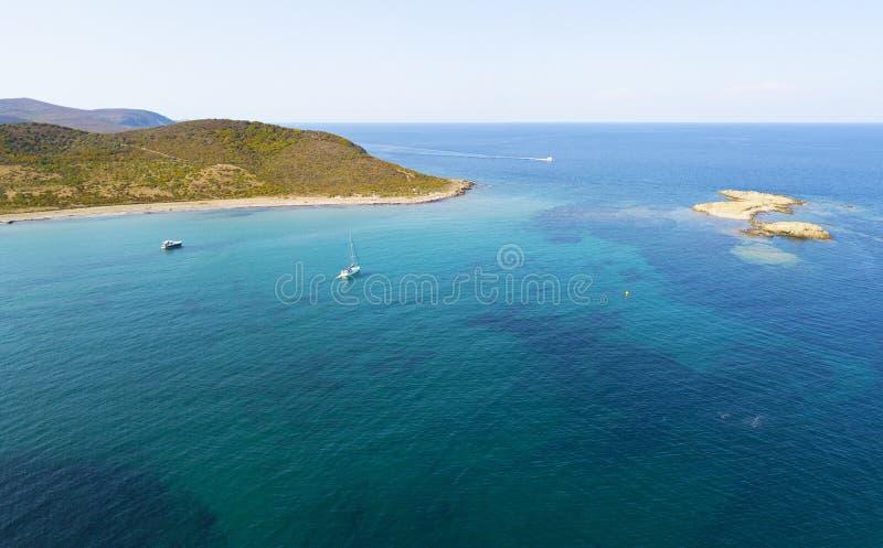 Εναέρια άποψη των νησιών Finocchiarola, Mezzana, ένα Terra, χερσόνησος της ΚΑΠ Κορσική, Κορσική, Γαλλία Tyrrhenian θάλασσα sailbo στοκ φωτογραφία