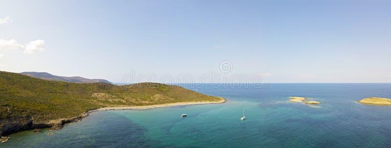Εναέρια άποψη των νησιών Finocchiarola, Mezzana, ένα Terra, χερσόνησος της ΚΑΠ Κορσική, Κορσική, Γαλλία Tyrrhenian θάλασσα sailbo στοκ εικόνα με δικαίωμα ελεύθερης χρήσης