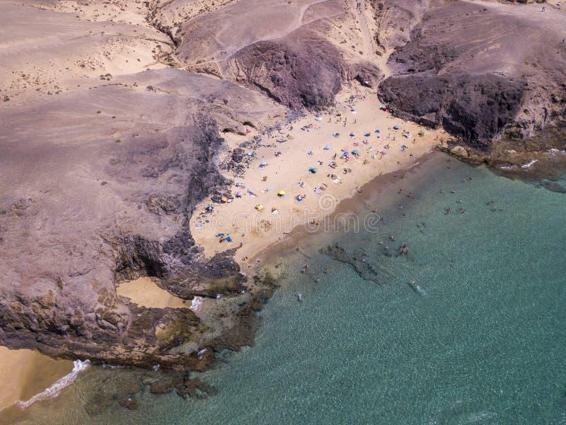 Εναέρια άποψη των οδοντωτών ακτών και των παραλιών Lanzarote, Ισπανία, καναρίνι Δρόμοι και πορείες ρύπου Papagayo στοκ φωτογραφία με δικαίωμα ελεύθερης χρήσης
