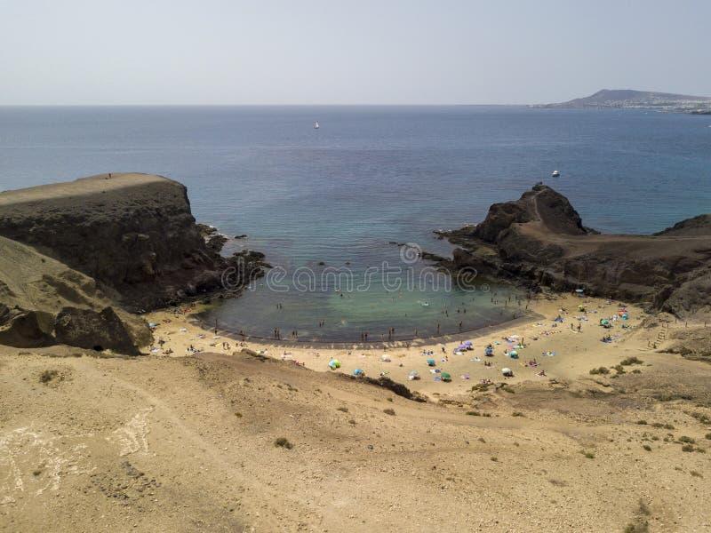 Εναέρια άποψη των οδοντωτών ακτών και των παραλιών Lanzarote, Ισπανία, καναρίνι Δρόμοι και πορείες ρύπου Papagayo στοκ φωτογραφία