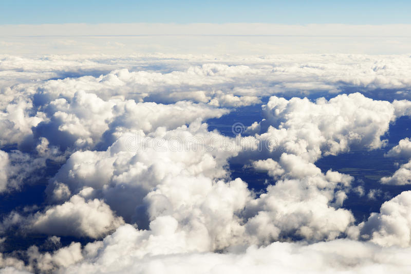 Εναέρια άποψη των παχιών σύννεφων πέρα από το έδαφος, το τοπίο στοκ εικόνα