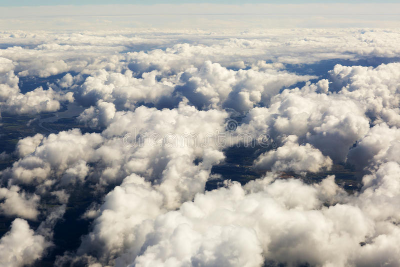 Εναέρια άποψη των παχιών σύννεφων πέρα από το έδαφος, το τοπίο στοκ εικόνες