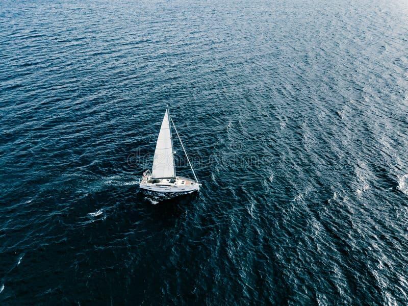 Εναέρια άποψη των πλέοντας γιοτ σκαφών με τα άσπρα πανιά στη βαθιά μπλε θάλασσα στοκ φωτογραφίες με δικαίωμα ελεύθερης χρήσης