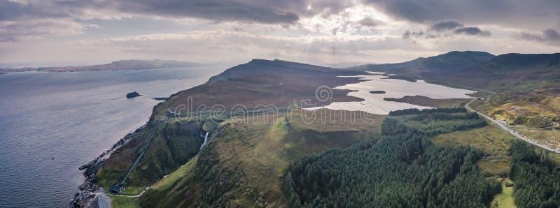 Εναέρια άποψη των πολύ απότομων απότομων βράχων θάλασσας στον κόλπο Bearreraig με τις λίμνες storr στο υπόβαθρο - νησί της Skye,  στοκ φωτογραφία με δικαίωμα ελεύθερης χρήσης