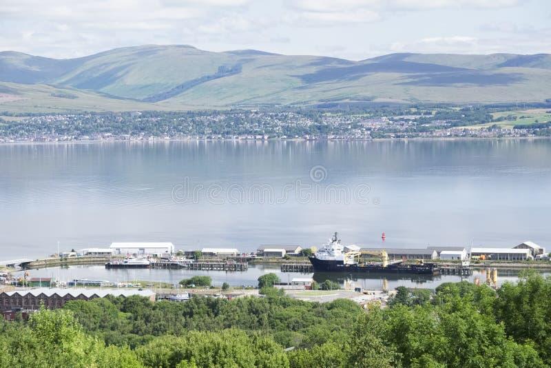 Εναέρια άποψη των σκαφών γερανών και Gourock ναυπηγικής Greenock στη παραλιακή πόλη άνωθεν στοκ εικόνα