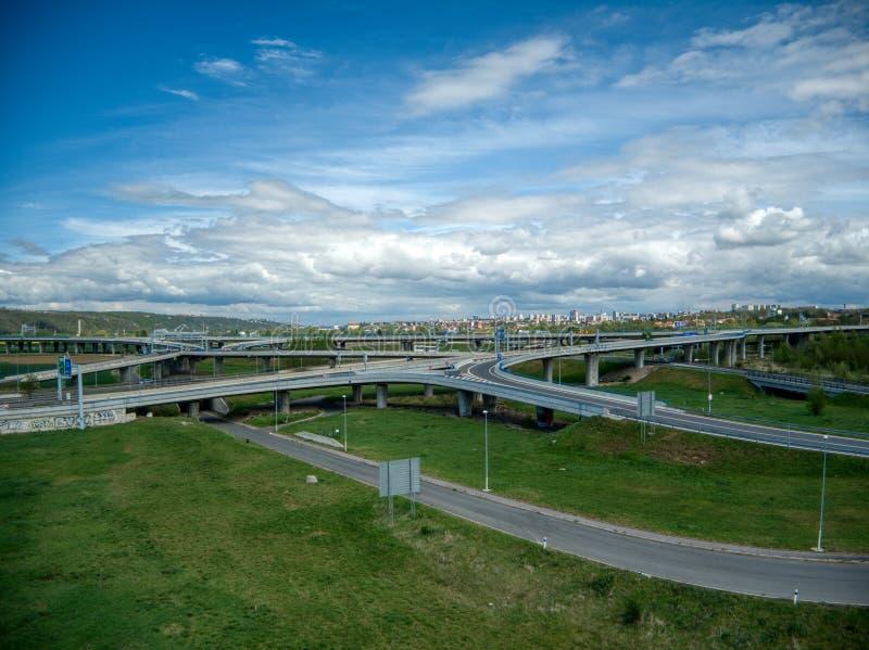 Εναέρια άποψη των σταυροδρομιών κάτω από τα σύννεφα στοκ φωτογραφία με δικαίωμα ελεύθερης χρήσης