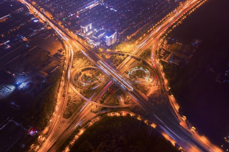 Εναέρια άποψη των συνδέσεων εθνικών οδών με τη διασταύρωση κυκλικής κυκλοφορίας Κύκλος οδικής μορφής γεφυρών στη δομή της αρχιτεκ στοκ εικόνα με δικαίωμα ελεύθερης χρήσης