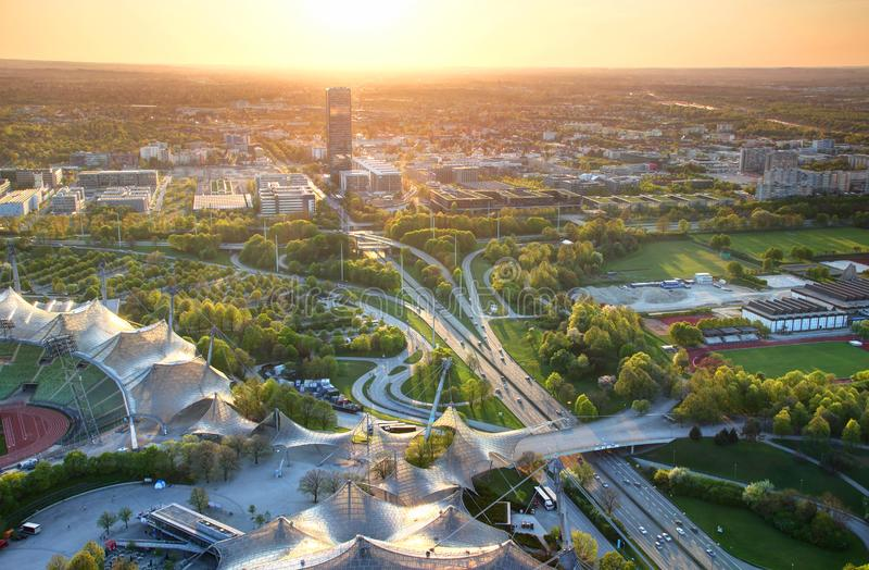 Εναέρια άποψη των σύγχρονων ευρωπαϊκών περιχώρων πόλεων στο ηλιοβασίλεμα στοκ φωτογραφία