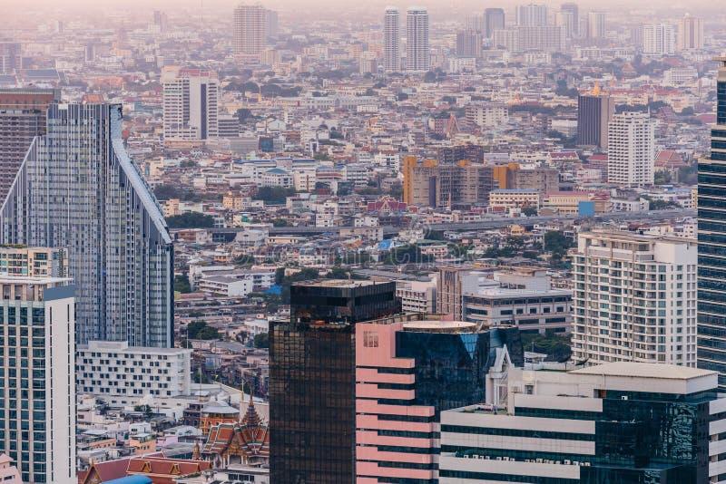 Εναέρια άποψη των σύγχρονων κτιρίων γραφείων της Μπανγκόκ, συγκυριαρχία στην πόλη της Μπανγκόκ κεντρικός στο σούρουπο Με το χρυσό στοκ εικόνες