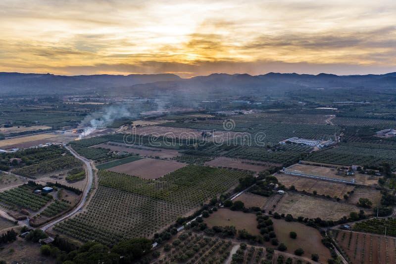 Εναέρια άποψη των τομέων και των φυτειών στο ηλιοβασίλεμα στοκ φωτογραφία με δικαίωμα ελεύθερης χρήσης