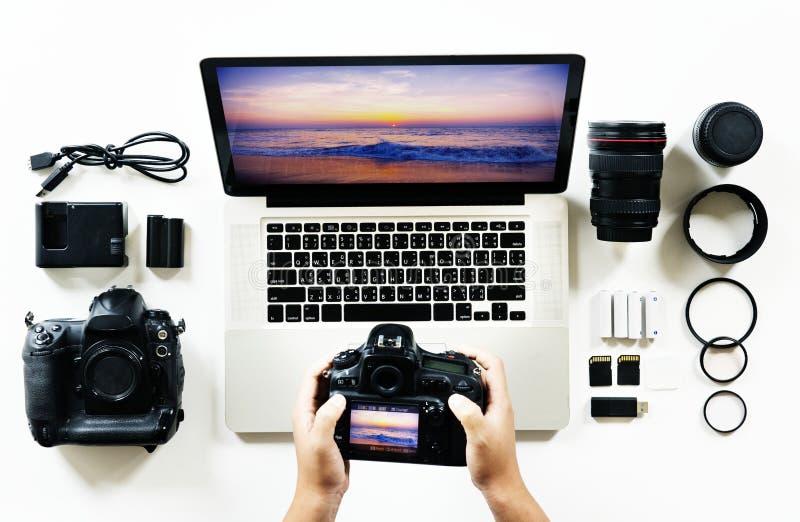 Εναέρια άποψη των χεριών φωτογράφων που χρησιμοποιούν τη κάμερα στοκ εικόνες