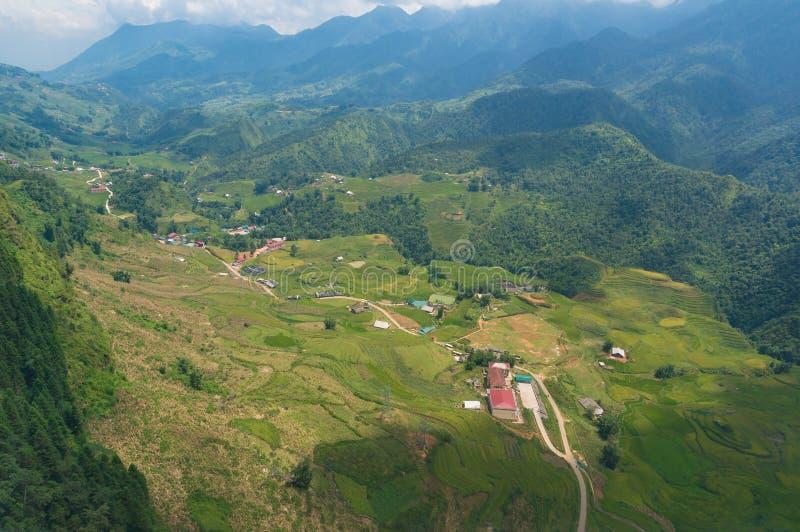 Εναέρια άποψη των χωριών κοιλάδων βουνών και των πεζουλιών ρυζιού στοκ εικόνα με δικαίωμα ελεύθερης χρήσης