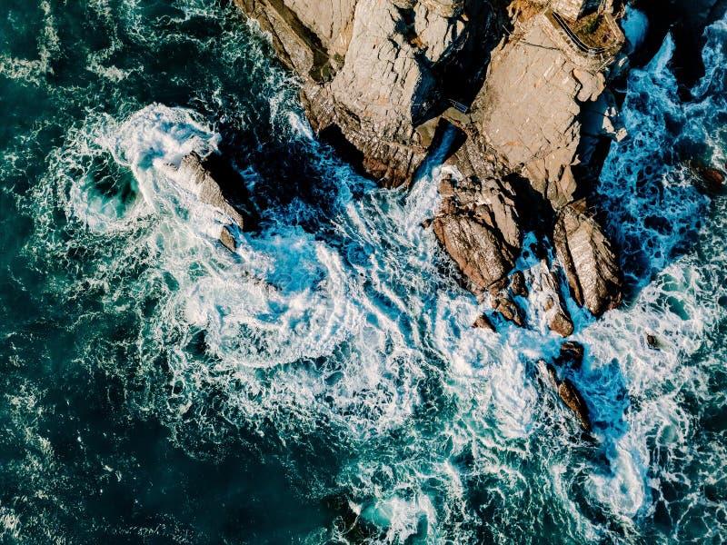 Εναέρια άποψη των ωκεάνιων κυμάτων και των βράχων μπλε επιφάνεια θάλασσας στοκ εικόνες με δικαίωμα ελεύθερης χρήσης