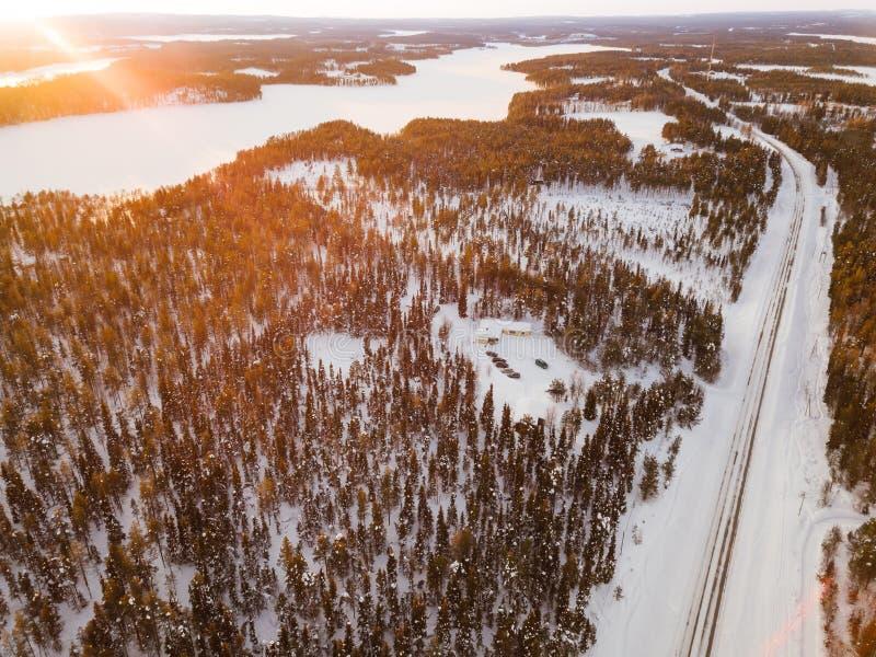 Εναέρια άποψη χειμερινών δρόμων και πεύκων χιονιού των ξύλων στη Φινλανδία στοκ εικόνα με δικαίωμα ελεύθερης χρήσης