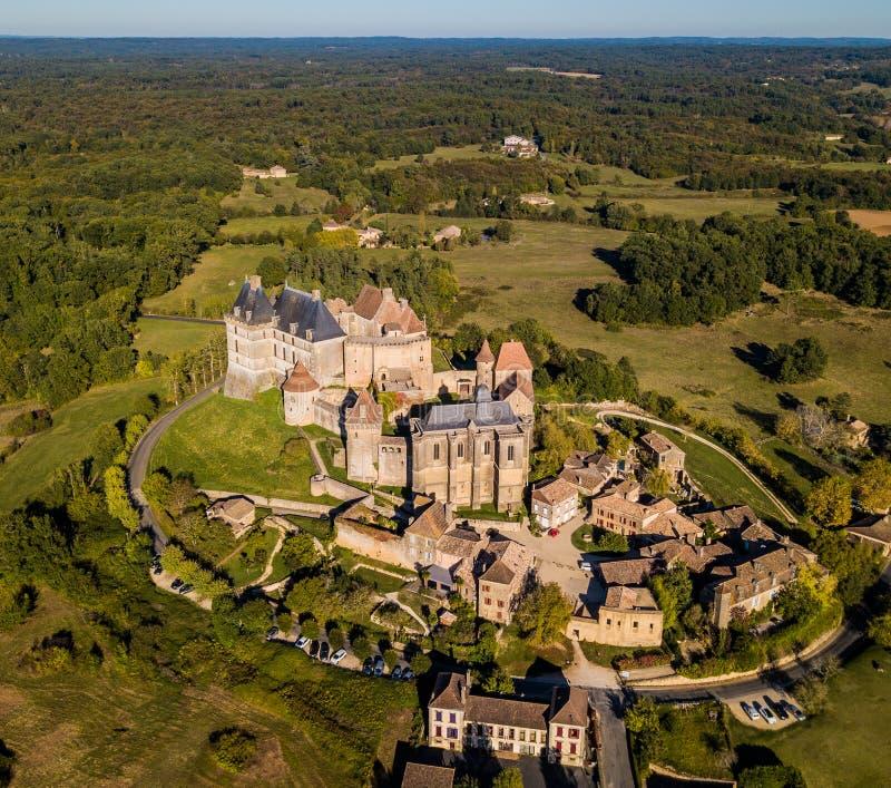 Εναέρια άποψη, χωριό και κάστρο Biron στην περιοχή Dordogne στοκ εικόνες με δικαίωμα ελεύθερης χρήσης