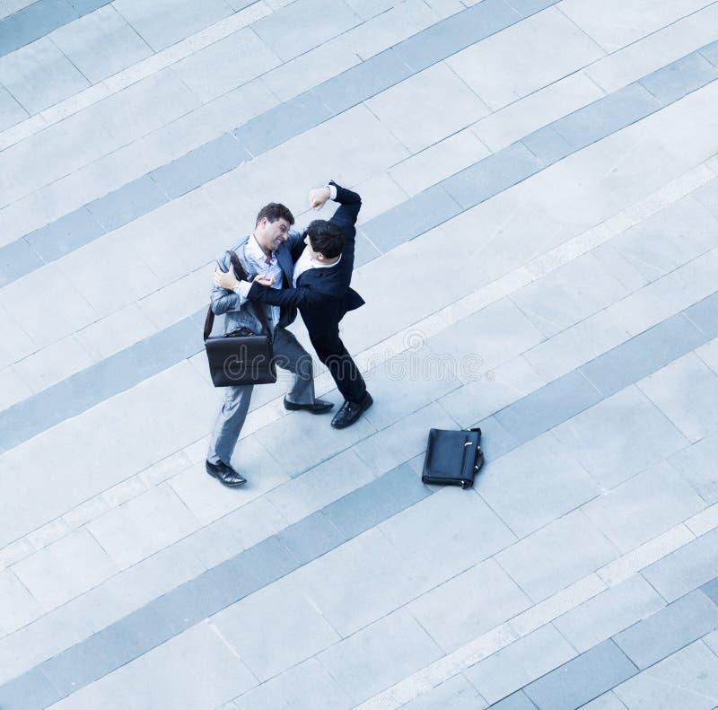 Εναέρια άποψη δύο επιχειρηματιών που παλεύουν ο ένας τον άλλον του πεζοδρομίου στοκ εικόνα με δικαίωμα ελεύθερης χρήσης