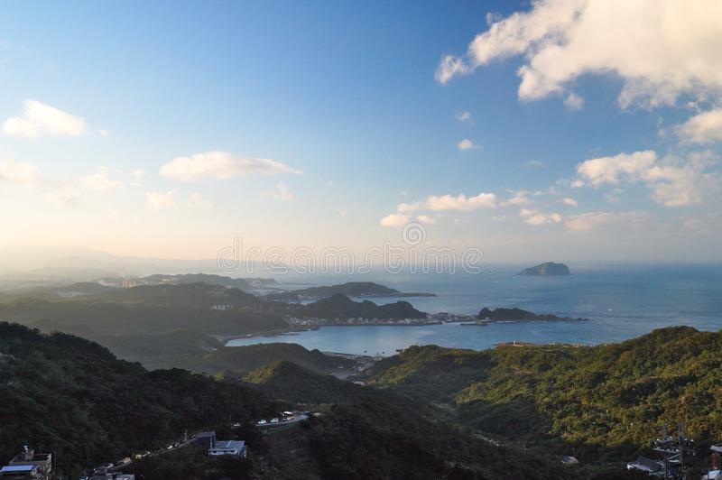 Εναέρια άποψη Jiufen στην Ταϊβάν με το βουνό, τη θάλασσα, τον ουρανό και το χωριό στοκ φωτογραφία με δικαίωμα ελεύθερης χρήσης