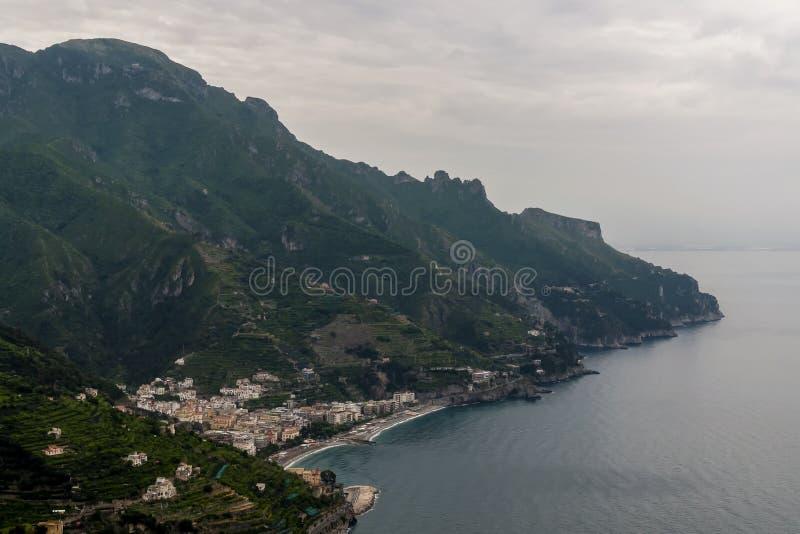 Εναέρια άποψη Maiori DA Ravello κάτω από έναν δραματικό ουρανό, Costiera Amalfitana, Campania, Ιταλία στοκ εικόνα με δικαίωμα ελεύθερης χρήσης