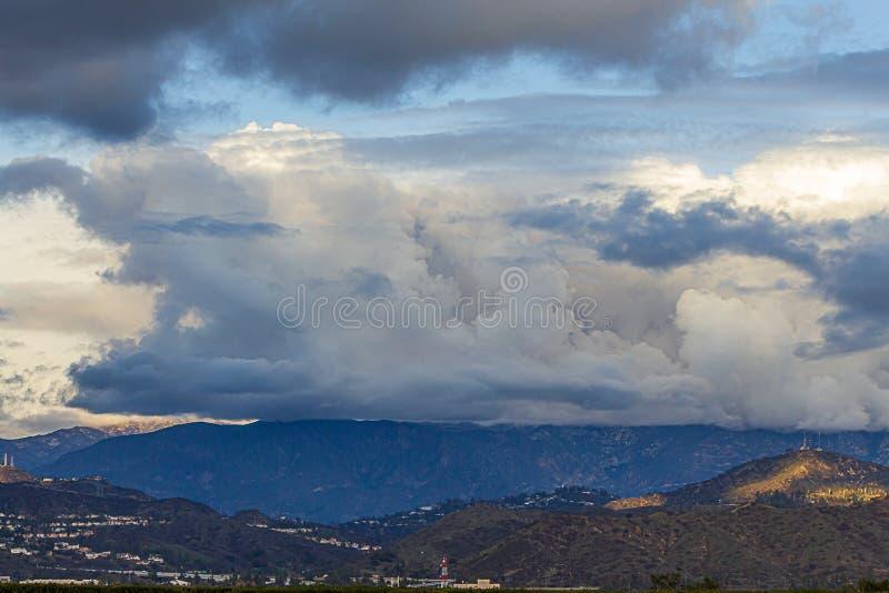 Εναέρια άποψη Panaramic του glendale, και montrose, και της σειράς βουνών SAN Gabriel στοκ εικόνα