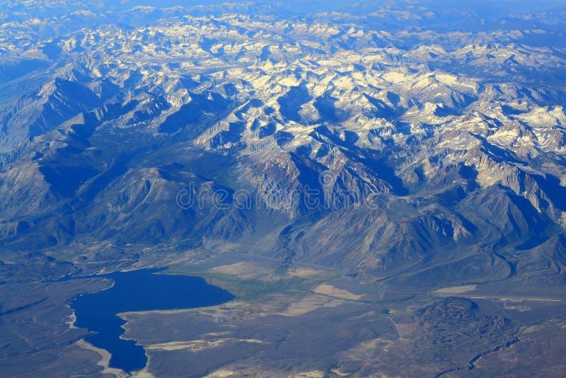 Εναέρια λίμνη βουνών άποψης δύσκολη στοκ εικόνες με δικαίωμα ελεύθερης χρήσης