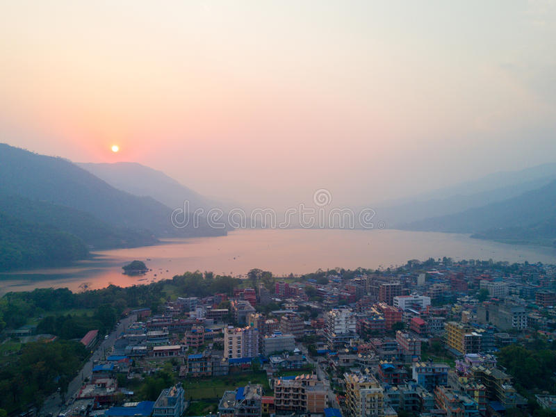 Εναέρια λίμνη Pokhara Phewa όχθεων της λίμνης ηλιοβασιλέματος άποψης στοκ φωτογραφίες με δικαίωμα ελεύθερης χρήσης