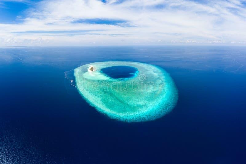 Εναέρια ειδυλλιακή ατόλλη, φυσικός προορισμός Μαλδίβες Polinesia ταξιδιού Μπλε λιμνοθάλασσα και τυρκουάζ κοραλλιογενής ύφαλος Πυρ στοκ εικόνα με δικαίωμα ελεύθερης χρήσης