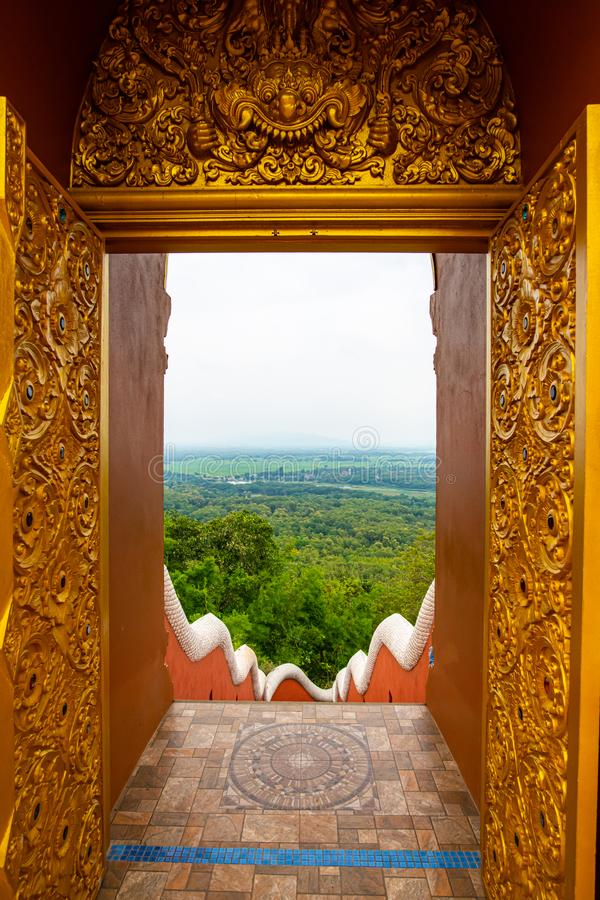 Εναέρια θέα μέσα από το πλαίσιο της πόρτας στο ναό Pra That Doi Pra Chan στοκ εικόνες με δικαίωμα ελεύθερης χρήσης