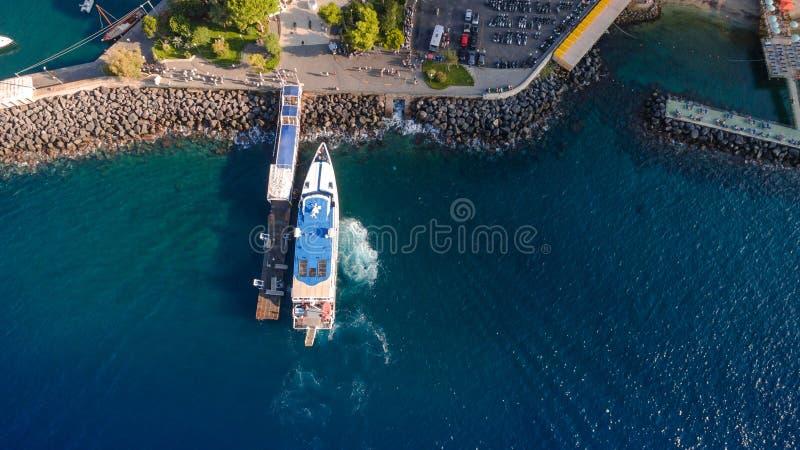 Εναέρια κορυφή κάτω από την άποψη της άφιξης του σκάφους με τους τουρίστες στον κόλπο λιμένων θαλάσσιες μεταφορές Πόλη Σορέντο, έ στοκ εικόνα με δικαίωμα ελεύθερης χρήσης